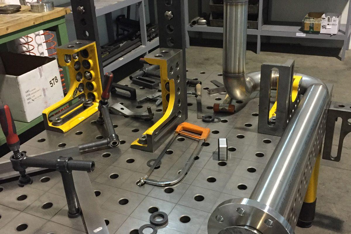 Saldatura componenti acciaio inox su tavolo di lavoro